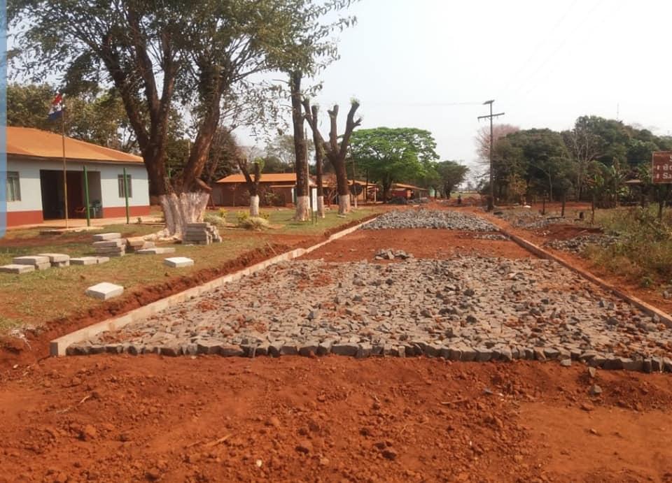 INICIO DE CONSTRUCCIÓN DE EMPEDRADO EN LA COLONIA SAN ANTONIO (Guarapoaba 1)